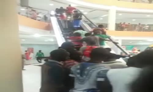 Mwanza - watu wanapanda escalator kwa mara ya kwanza