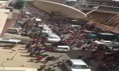 Umati wa watu wakimsindikiza Lowassa