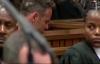 Oscar Pistorius ametoa miguu yake ya bandia kuonesha ulemavu wake na kwamba asingeweza kuua.